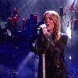 Miley Cyrus cantando en el escenario de los AMAs